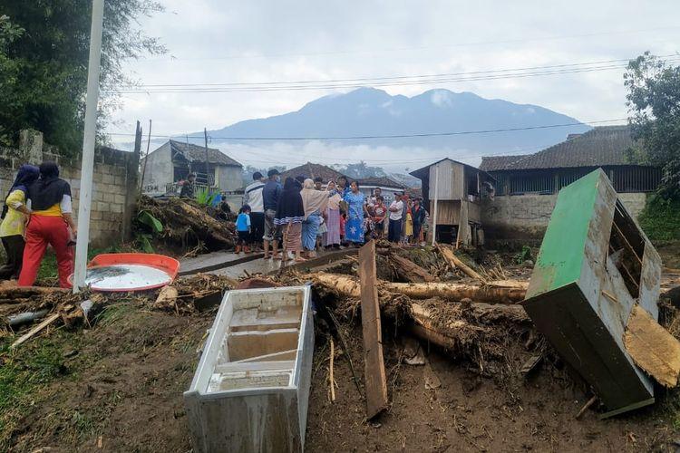 Lokasi bencana banjir bandang dengan berlatar belakang Gunung Salak di Kampung Cibuntu, Desa Pasawahan, Kecamatan Cicurug, Sukabumi, Jawa Barat, Selasa (22/9/2020). Banjir bandang menerjang Cicurug, Sukabumi, Senin (21/9/2020) petang.