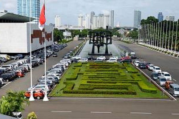 Deretan mobil pejabat dan tamu undangan terparkir di Kompleks Parlemen, di Jakarta, menandai mulai ramainya kegiatan di masa sidang II tahun 2014-2015, Rabu (21/1/2015). Dikeluarkannya Peraturan Presiden No 39/2015 yang mengatur kenaikan anggaran untuk fasilitas uang muka  pembelian kendaraan pejabat telah memicu kritik masyarakat.