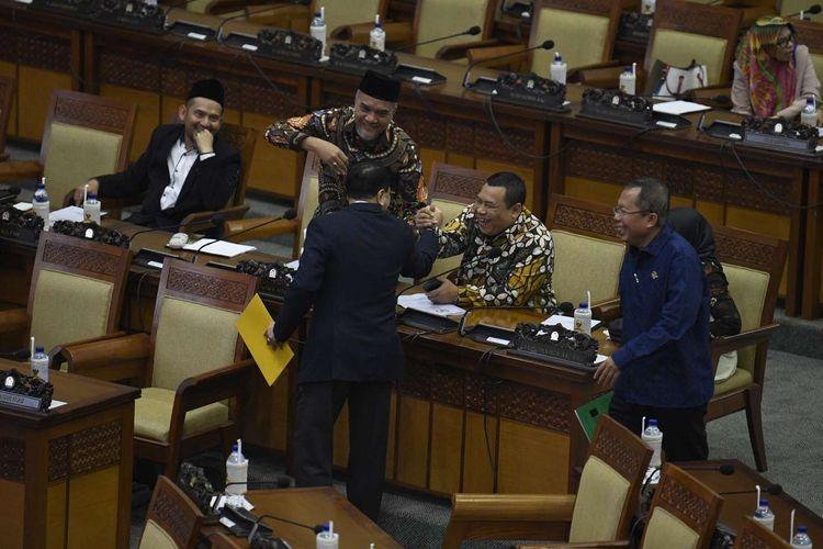 Ekspresi sejumlah angggota DPR saat menyerahkan pandangan tertulis fraksi terkait Revisi UU KPK pada Rapat Paripurna Masa Persidangan I Tahun Sidang 2019-2020 di Kompleks Parlemen Senayan, Jakarta, Kamis (5/9/2019). Rapat paripurna tersebut membahas RUU tentang Perubahan Atas UU Nomor 2 Tahun 2018 tentang perubahan kedua atas Undang-Undang No.17 Tahun 2014 tentang MPR, DPR dan DPRD (UU MD3), serta RUU tentang Perubahan Atas UU Komisi Pemberantasan Tindak Pidana Korupsi (KPK).