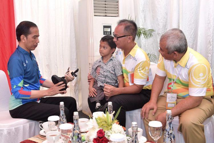 Presiden Joko Widodo bertemu Mukhlis Abdul Holik, bocah delapan tahun penyandang disabilitas asal Sukabumi, di Hari Penyandang Disabilitas 2018 di Bekasi, Jawa Barat, Senin (3/11/2018).