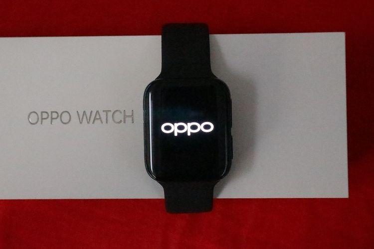 Oppo Watch dan kotak kemasannya.