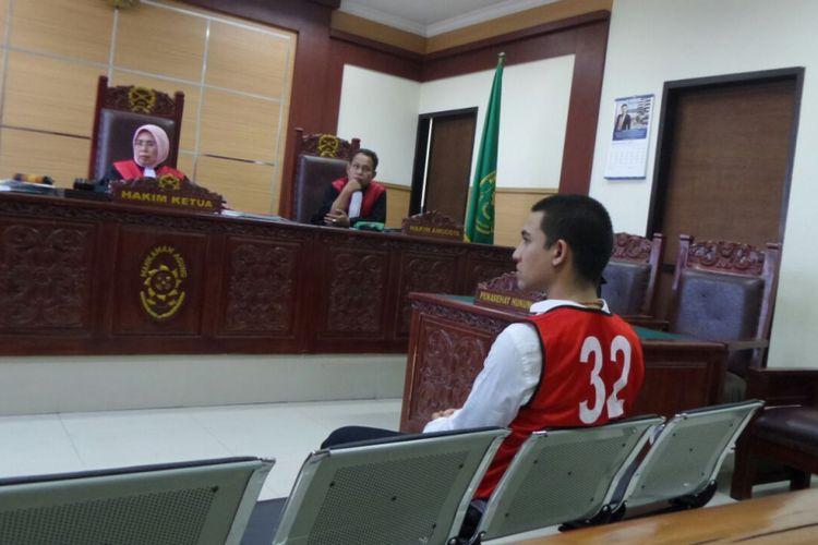 Axel Matthew Thomas menjalani sidang kasus narkoba di Pengadilan Negeri Tangerang, Senin (18/9/2017).