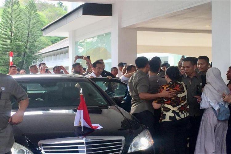 Warga berebut untuk swafoto dengan Presiden sesaat akan meninggalkan lokasi KEK Pariwisata Likupang, Minut, Kamis (4/7/2019) pukul 15.50 Wita