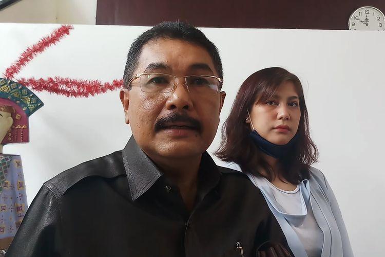 Kuasa hukum Tyo Pakusadewo, Santrawan Pararang (kiri) dan anaknya Maharani Annisa Pakusadewo saat ditemui di Pengadilan Negeri (PN) Jakarta Selatan, Selasa (15/12/2020).