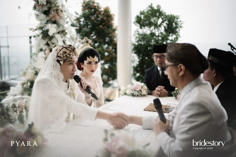 Rayhan Maditra mengucapkan ijab kabul dalam akad nikahnya dengan penyanyi Isyana Sarasvati di Bandung, Jawa Barat, Minggu (2/2/2020).