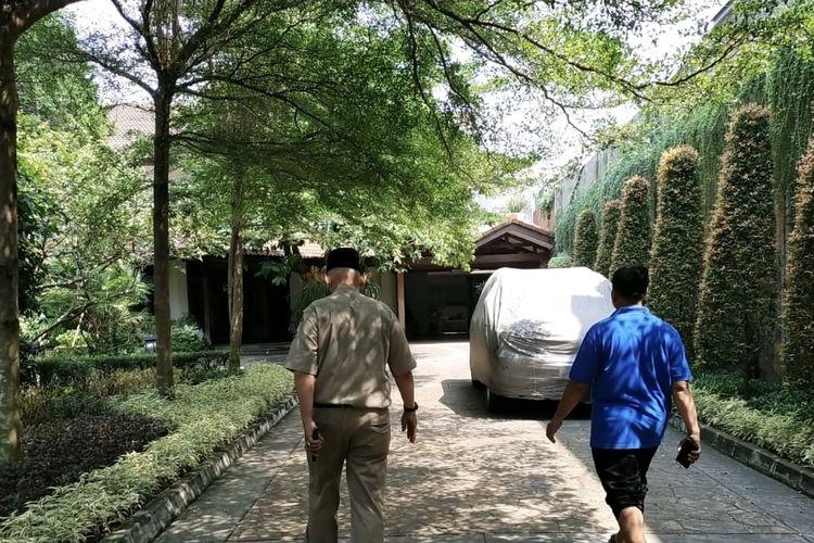 Lurah Cilandak Barat, Agus Gunawan Berada di rumah duka mantan gubernur DKI Jakarta Surjadi Soedirja di Jalan MPR 2 no 8A, Cilandak Barat, Jakarta Selatan pada Selasa (3/8/2021).
