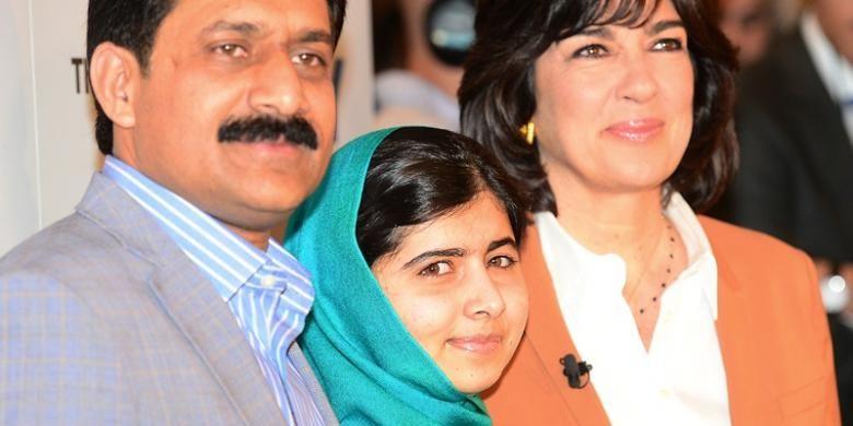 Malala Yousafzai, ayahnya Ziauddin, dan wartawan CNN Christiane Amanpour berfoto bersama sebelum melakukan wawancara di New York, Kamis (10/10/2013).