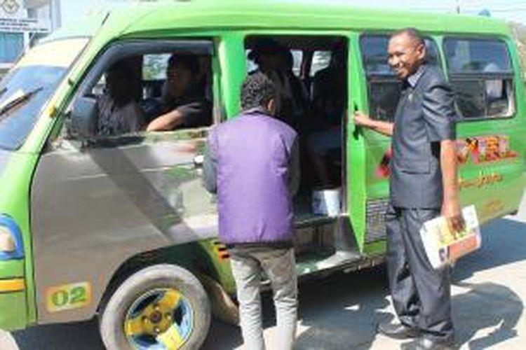 Anggota DPRD Provinsi Nusa Tenggara Timur (NTT), Dolvianus Kolo, menumpang angkutan kota, saat pulang kerja dari tempat tugasnya, Senin (8/9/2014).