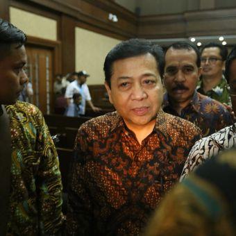 Ketua DPR Setya Novanto (batik coklat) meninggalkan ruang persidangan usai bersaksi di persidangan kasus dugaan korupsi e-KTP, di Pengadilan Tipikor Jakarta, Jumat (3/11/2017). Hari ini, Novanto hadir menjadi saksi untuk terdakwa pengusaha Andi Agustinus alias Andi Narogong