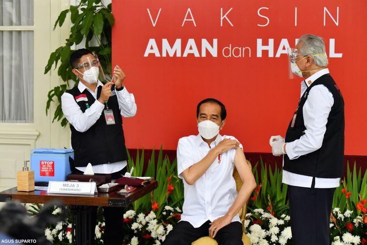 Presiden Joko Widodo saat mendapat suntikan pertama vaksin Covid-19 di Istana Kepresidenan pada Rabu (13/1/2021). Penyuntikan ini sekaligus menandai program vaksinasi Covid-19 di Indonesia.