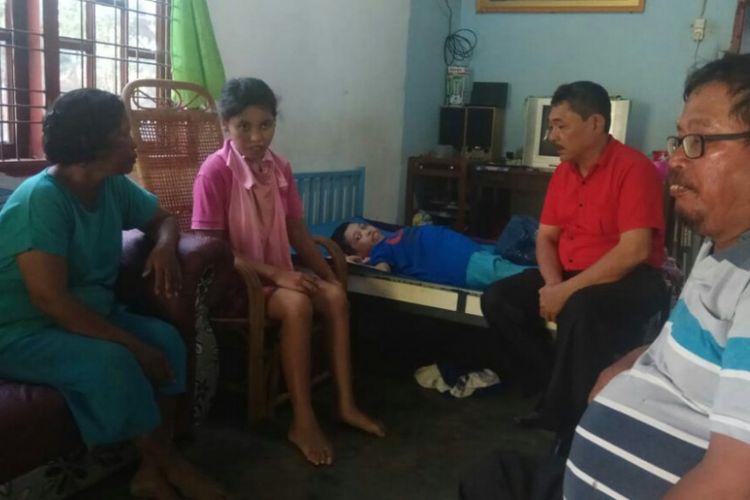 Mariani dan Tri Putri didampingi ayah ibunya di rumah mereka di Jalan Dusun Matio, Pematangsiantar, Rabu (16/1/2019).