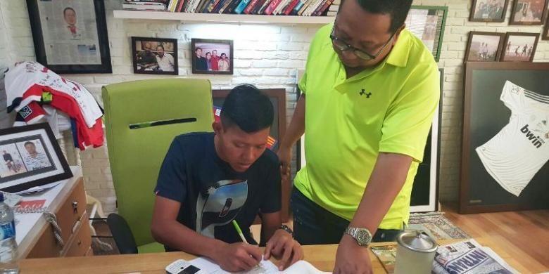 Gelandang serang Adam Alis dengan didampingi agennya, Muly Munial, menandatangani kontrak untuk bergabung dengan salah satu klub kasta teratas Liga Bahrain, East Riffa.
