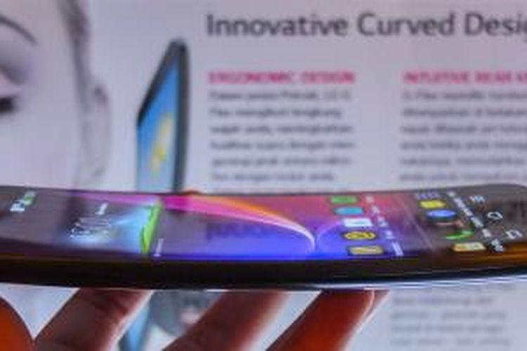 Tubuh melengkung LG G Flex dilihat dari samping
