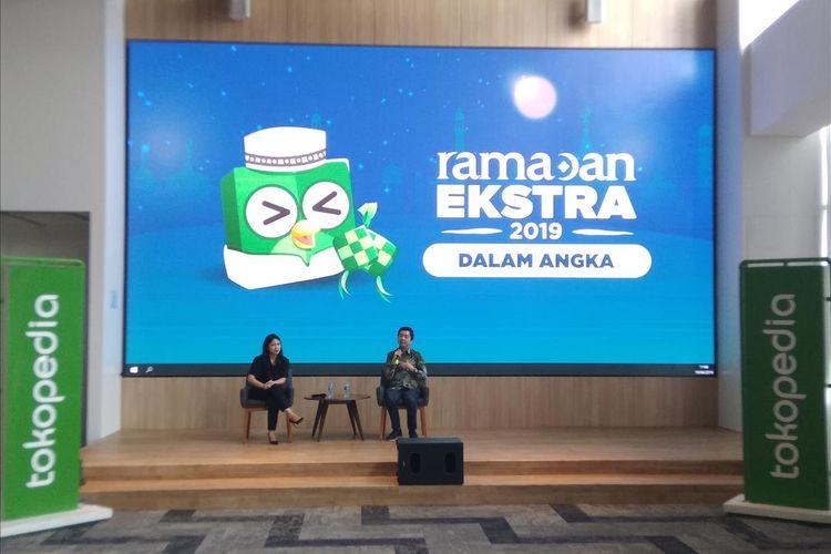 VP Corporate Communications Nuraini Razak (kiri) dan CEO Tokopedia William Tanuwijaya (kanan) saat memaparkan pencapaian Tokopedia saat bulan Ramadhan tahun 2019 di Jakarta, Rabu (19/6/2019).