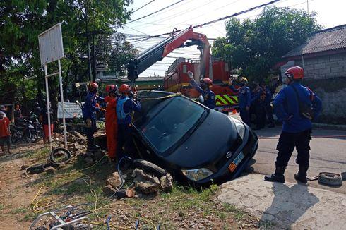 Hindari Motor, Mobil Dinas TNI AL Masuk Selokan di Pondok Labu