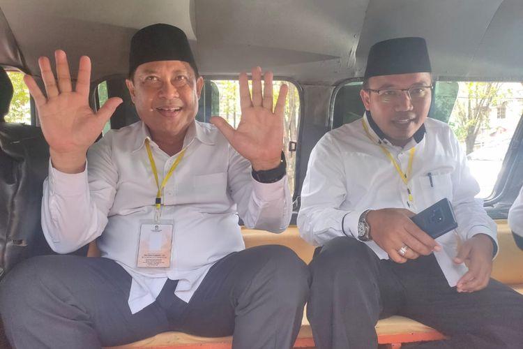 Pasangan bakal calon (bacalon) wali kota dan wakil wali kota Samarinda jalur independen, Zairin Zain dan Sarwono naik angkot saat menyerahkan berkas dukungan suara ke KPU Samarinda, Kamis (18/2/2020).