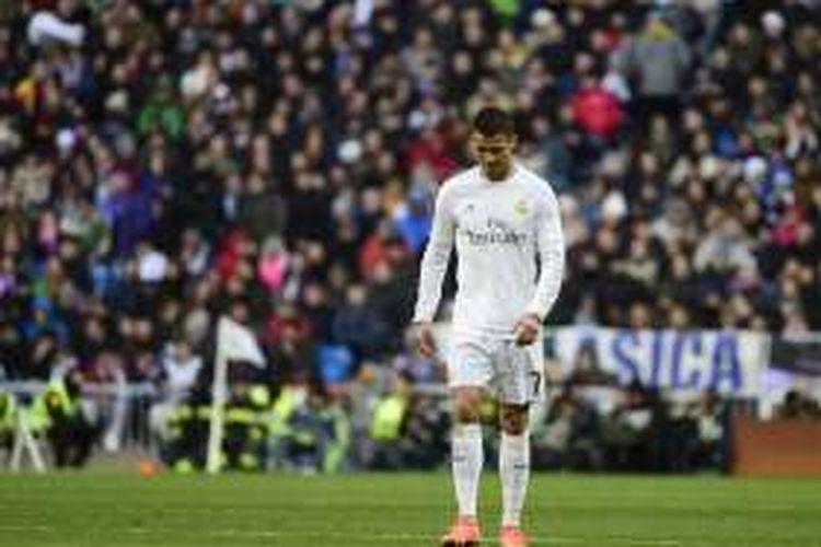 Pemain bintang Real Madrid, Cristiano Ronaldo, tampak tertunduk saat tampil pada laga La Liga kontra Atletico Madrid, di Stadion Santiago Bernabeu, Sabtu (27/2/2016).