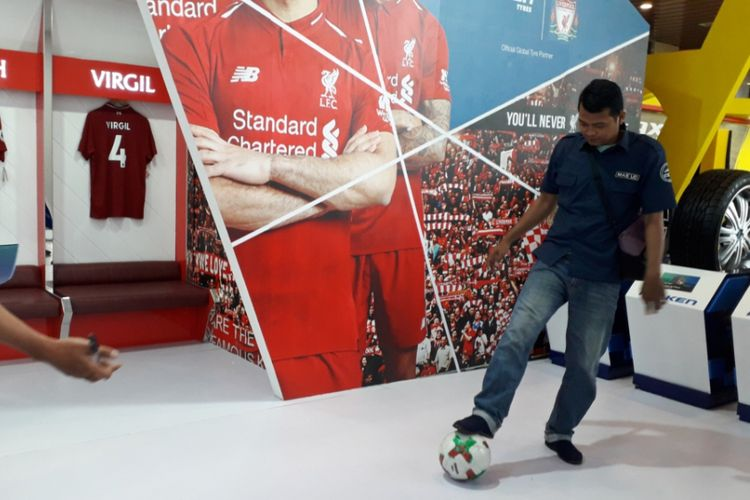 Seorang pengunjung mengikuti tantangan juggling bola yang dihadirkan di booth produsen ban Falken di GIIAS 2018.