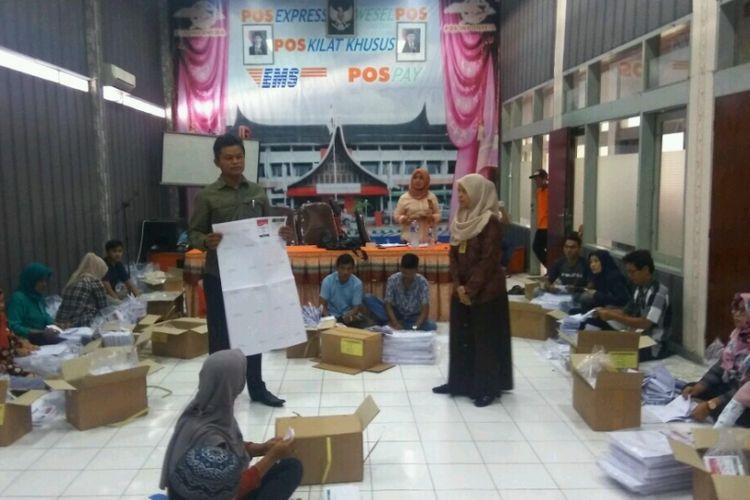 Komisioner Bawaslu Padang Bahrul Anwar sedang melakukan pengawasan di lokasi pelipatan surat suara,  Rabu (6/3/2019)