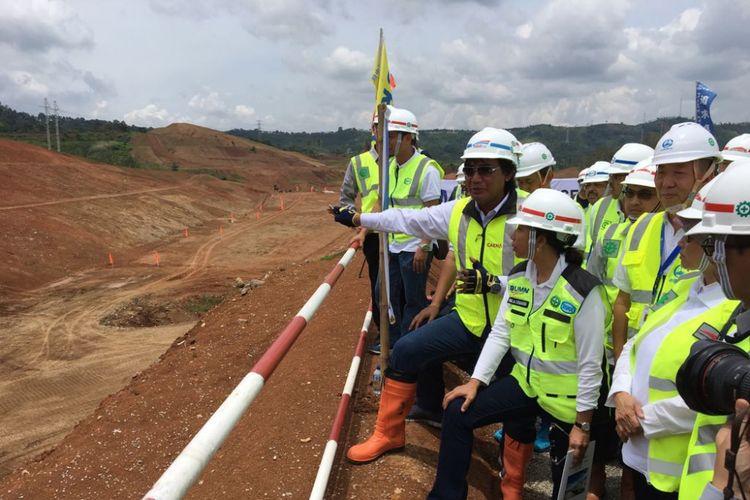 Menteri BUMN Rini Soemarno saat mengunjungi lokasi proyek kereta cepat Jakarta-Bandung di Kabupaten Bandung Barat, Jawa Barat, Rabu (21/3/2018) siang. Proyek ini ditargetkan selesai pada tahun 2020.