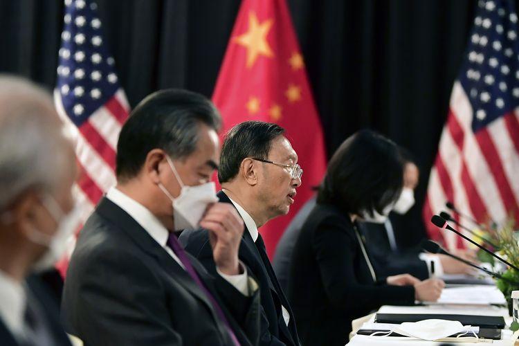 Ketua hubungan luar negeri dari Partai Komunis China, Yang Jiechi (tengah) dan Menteri Luar Negeri China, Wang Yi (kedua dari kiri), berbicara dalam sesi pembuka pertemuan dengan Amerika Serikat di Captain Cook Hotel, Anchorage, Alaska, pada Kamis (18/3/2021).