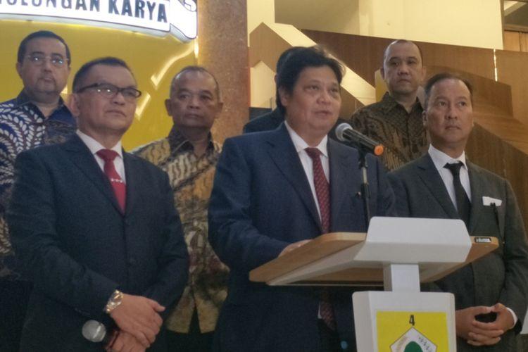 Ketua Umum Partai Golkar Airlangga Hartarto saat memberikan keterangan pers terkait pengunduran diri Idrus Marham dari struktur pengurus Partai Golkar, di kantor DPP Partai Golkar, Jakarta Barat, Jumat (24/8/2018).