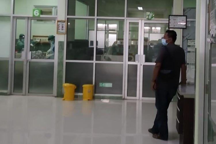 Petugas keamanan berjaga di ruang HCU menggantikan tenda darurat untuk screening pasien yang mengarah ke suspect Covid-19 di RSUD Kardinah Kota Tegal, Jumat (20/11/2020)