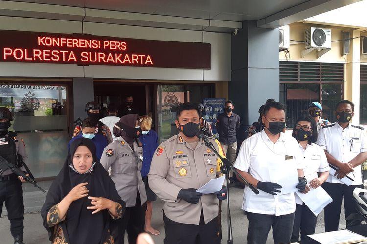Kapolresta Solo Kombes Pol Ade Safri Simanjuntak memberikan keterengan pers dalam ungkap kasus dugaan eksploitasi anak di bawah umur di Mapolresta Solo, Rabu (10/3/2021).