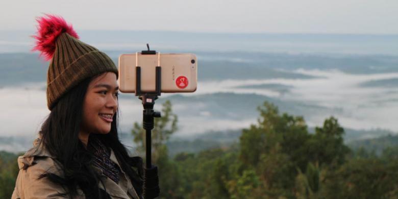 Salah satu peserta Take Me Anywhere 2, Yayang Mutiara mengambil sideface selfie di Embung Nglanggeran.