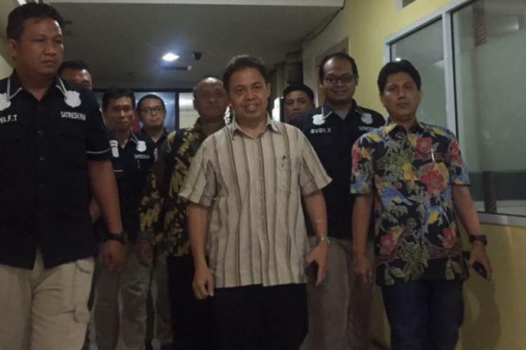 Mantan Wali Kota Depok Nur Mahmudi (tengah, kemeja bergaris) yang jadi tersangka kasus dugaan korupsi saat keluar dari ruangan Tipikor Polresta Depok, di Jalan Margonda, Depok, Kamis (13/9/2018) malam.