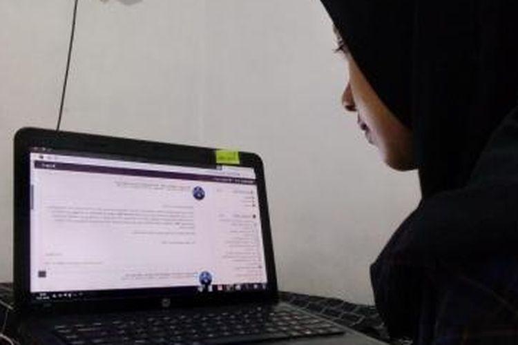 Ganis, mahasiswi Pendidikan Teknik Boga, Fakultas Teknik, Universitas Negeri Yogyakarta sedang mengikuti perkuliahan daring.