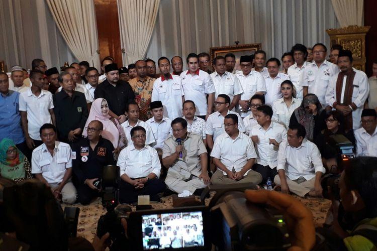 Calon gubernur DKI Anies Baswedan bertandang ke rumah Ketua Umum Partai Gerindra Prabowo Subianto di Kertanegara, Jakarta Selatan. Pertemuan yang dilakukan malam hari di hari terakhir masa kampanye putaran kedua Pilkada DKI 2017 itu menurut Anies dalam rangka konsolidasi relawan. Sabtu (15/4/2017).
