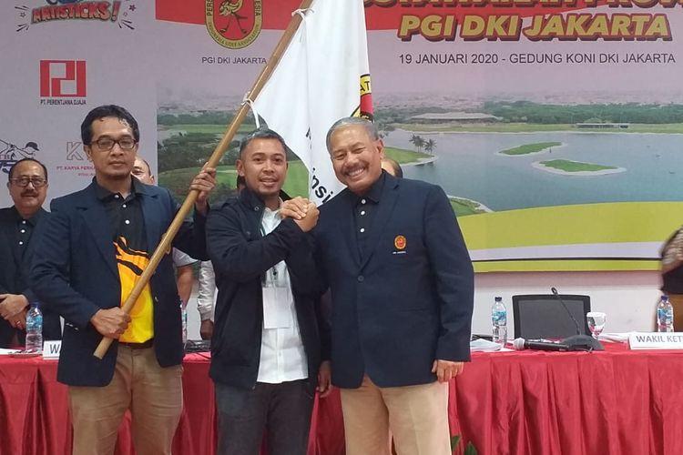 Ketua Umum terpilih Persatuan Golf Indonesia (PGI) DKI Jakarta Raya (Jaya) periode 2020-2024 Reza Ihsan Rajasa (kiri) menerima bendera dari Ketua Umum sebelumnya Ferrial Sofyan, usai Musyawarah Provinsi PGI DKI Jaya, di Gedung Komite Olahraga Nasional Indonesia (KONI) DKI Jakarta, Minggu (19/1/2020).