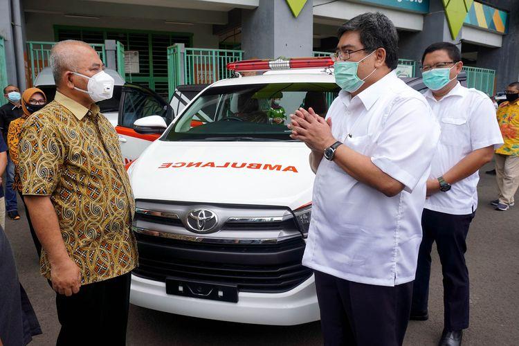 Direktur Administrasi, Korporasi, dan Hubungan Eksternal PT Toyota Motor Manufacturing Indonesia (TMMIN) menyerahkan satu unit Toyota Kijang Innova ambulance ke Pemkot Bekasi, Kamis (16/7/2020).