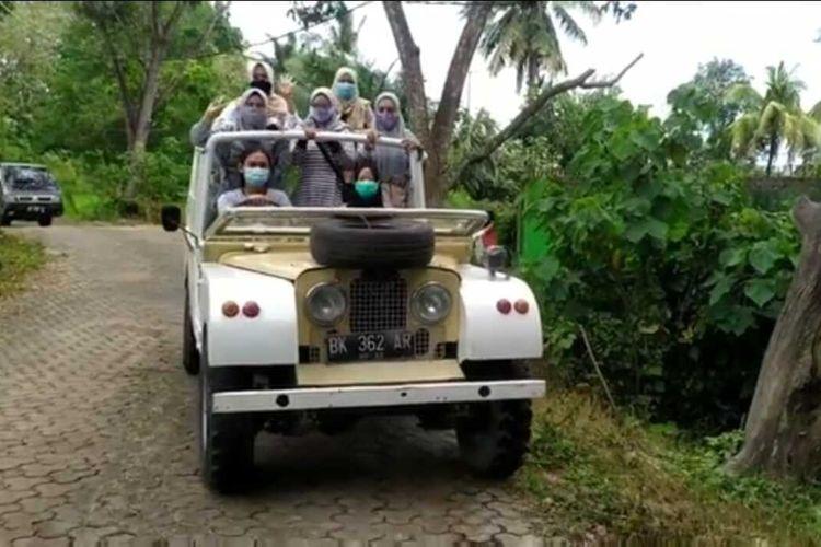 Wisatawan yang berkunjung ke hutan wisata Punti Kayu berkeliling dengan menggunakan mobil jeep.