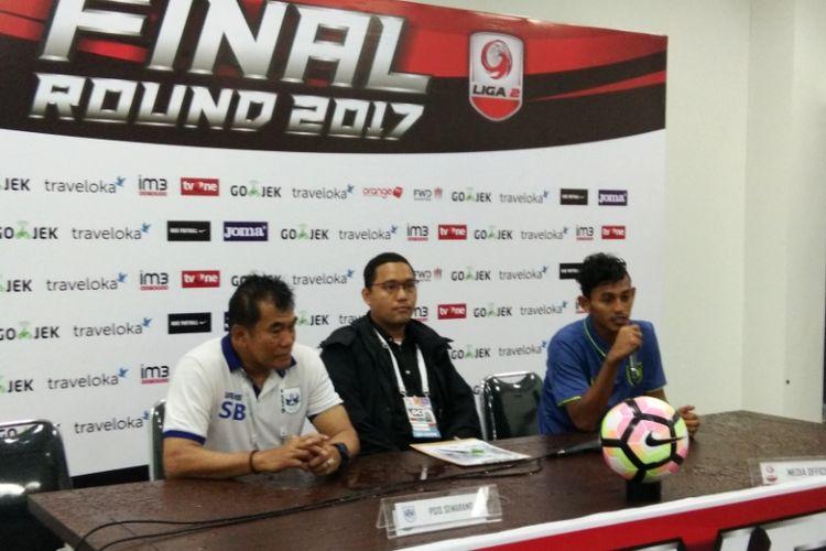 Striker PSIS Semarang, Hari Nu Yulianto bersama Pelatih PSIS Subangkit, saat hadir dalam sesi konferensi pers usai laga kontra Martapura FC, dj Stadion Gelora Bandung Lautan Api, Selasa (28/11/2017).