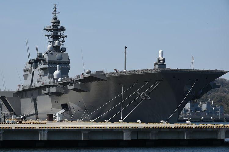 Kapal penghancur Izumo milik Pasukan Pertahanan Diri Maritim Jepang (JMSDF) yang mampu mengangkut hingga 14 unit helikopter, saat berlabuh di pelabuhan Yokosuka.