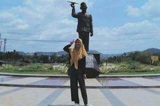 Kenang BJ Habibie dengan Foto Selfie di Belakang Patung