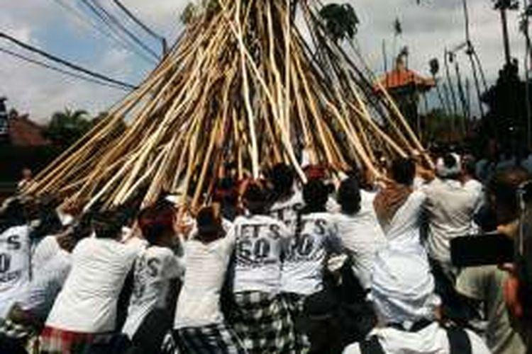 Tradisi Mekotek di Desa Munggu, Mengwi, Kabupaten Badung, Bali, pada Hari Raya Kuningan, Sabtu (20/2/2016).