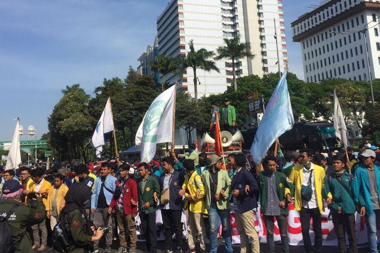 Mahasiswa menggelar di Patung Kuda, Jalan Merdeka Barat, Jakarta Pusat, Senin (21/10/2019).