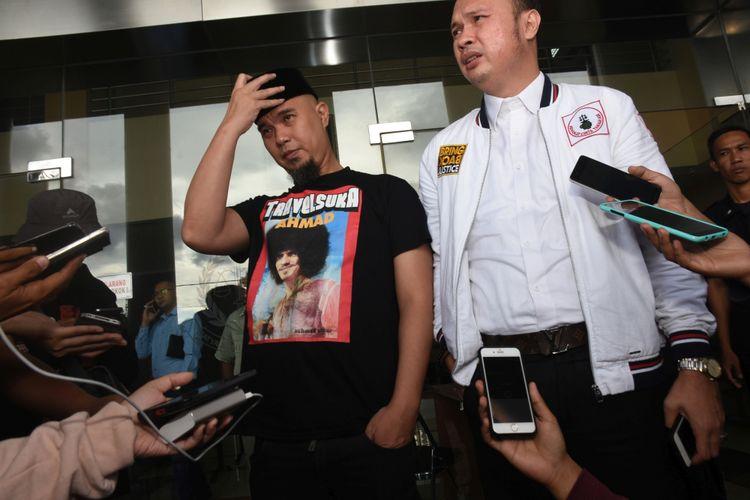 Musisi Ahmad Dhani (kiri) didampingi kuasa hukum memberi pernyataan kepada wartawan seusai menjalani pemeriksaan pada pelimpahan tahap dua (P21) kasus ujaran kebencian yang menjeratnya di Kejaksaan Negeri Jakarta Selatan, Jakarta, Senin (12/3/2018). Kuasa hukum Ahmad Dhani menyatakan kliennya tidak ditahan karena dinilai kooperatif selama pemeriksaan dan menyatakan siap mengikuti agenda persidangan.