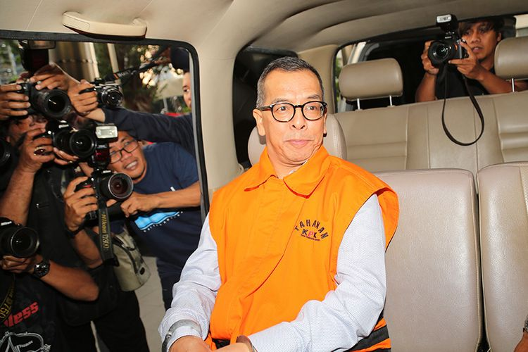 Mantan Dirut PT Garuda Indonesia Emirsyah Satar (tengah) dengan baju tahanan meninggalkan gedung KPK di Jakarta, Rabu (7/8/2019). Emirsyah Satar ditahan KPK atas dugaan menerima suap sebesar 1,2 juta Euro dan USD 180 ribu atau setara dengan Rp 20 miliar dalam wujud uang dan barang yang tersebar di Singapura dan Indonesia dari Presiden Komisaris PT Mugi Rekso Abadi (MRA) beneficial owner dari Connaught International Pte Ltd  Soetikno Soedarjo, yang menjadi konsultan bisnis dalam pembelian 50 mesin Roll-Royce untuk pesawat Airbus SAS pada PT Garuda Indonesia pada periode 2005-2014.