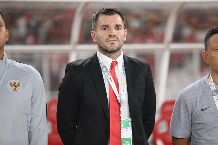 Pelatih timnas Indonesia Simon McMenemy saat menyaksikan skuad asuhannya pada laga Indonesia vs Malaysia di Stadion Utama Gelora Bung Karno (SUGBK), Kamis (9/5/2019).