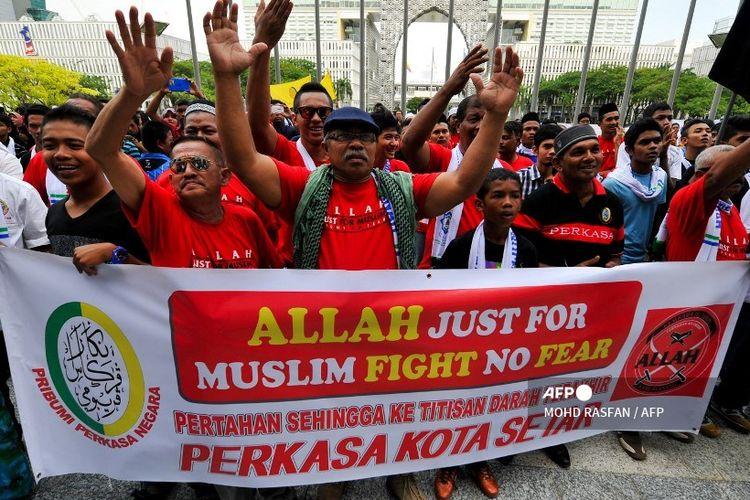 Pengunjuk rasa Muslim Malaysia memasang spanduk selama demonstrasi menentang surat kabar Katolik Malaysia menggunakan kata Allah.