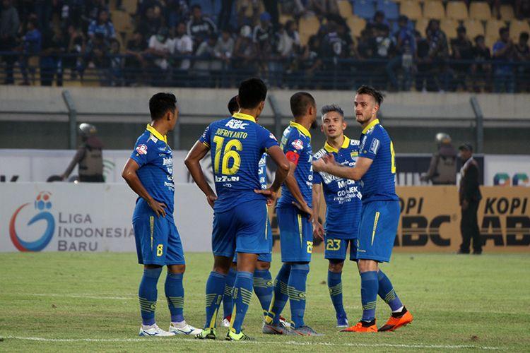 Pemain Persib Bandung berkumpul di tengah lapangan Stadion Si Jalak Harupat, Kabupaten Bandung, setelah ditahan imbang 1-1 oleh Madura United pada pekan kelima Liga 1 2019.