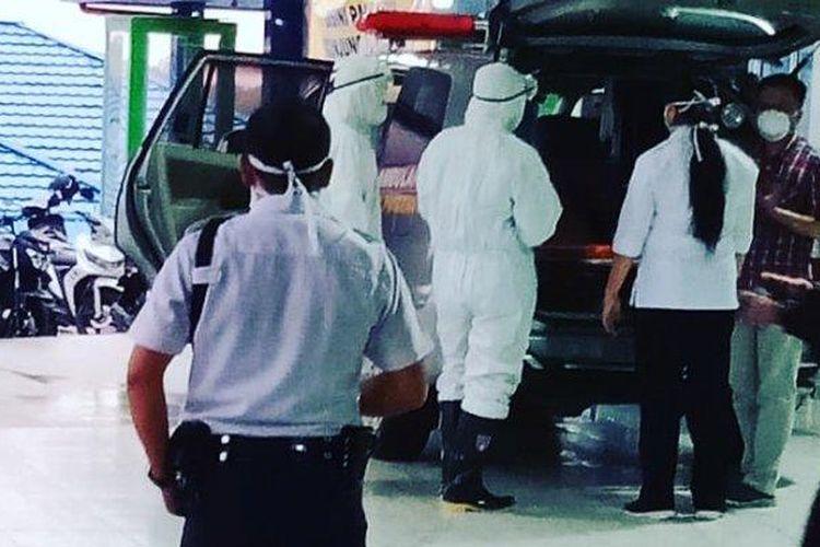 Pasien rujukan dari Kabupaten Bengkayang dibawa ke Rumah Sakit dr Abdul Aziz, Jalan dr Sutomo, Kelurahan Pasiran, Kecamatan Singkawang Barat, Rabu (4/3/2020)