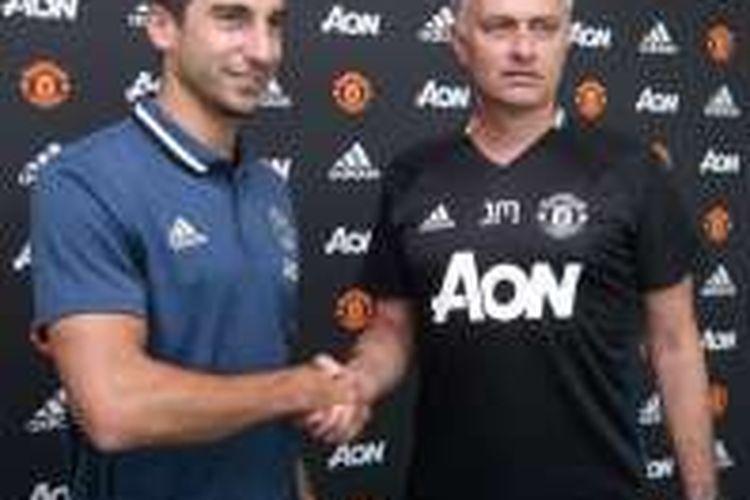 Jose Mourinho (kanan) menyambut Henrikh Mkhitaryan di markas Manchester United, Rabu (6/7/2016).