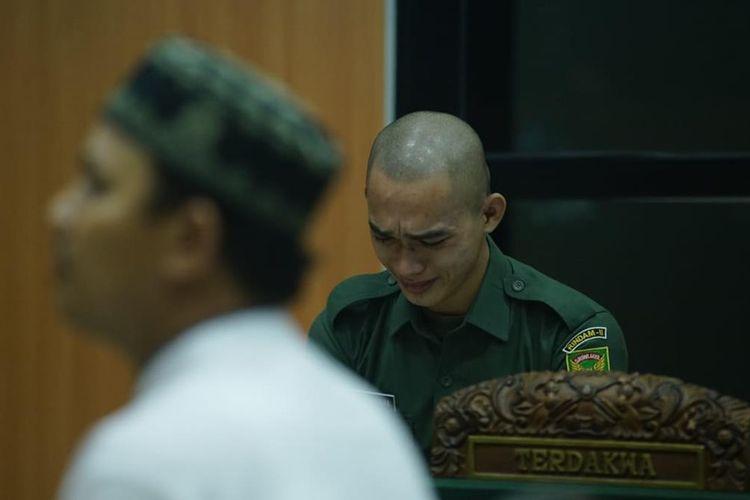 Prada DP menangis tersedu-sedu ketika mendengarkan keterangan saksi dalam persidangan yang berlangsung di Pengadilan Militer I-04 Palembang, Kamis (1/8/2019).