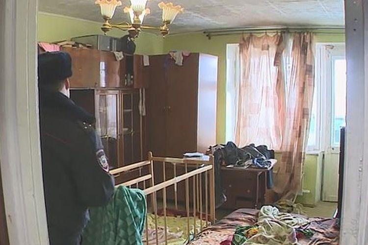 Seorang ibu di Ufa, Rusia, melemparkan bayinya dari kamarnya di lantai 9 sebuah apartemen. Setelah itu, dia juga melompat. (Daily Mail)