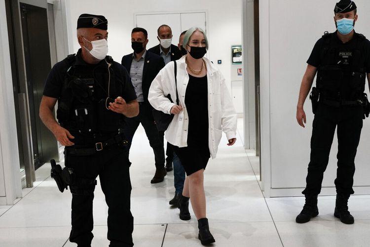 Dalam file foto 21 Juni 2021 ini, remaja yang telah diidentifikasi publik hanya dengan nama depannya, Mila, meninggalkan ruang sidang atas kasus persidangan cyberbullying di Paris, Perancis